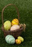 Huevos en la cesta de Pascua Fotografía de archivo libre de regalías