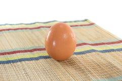 Huevos en la estera Fotos de archivo