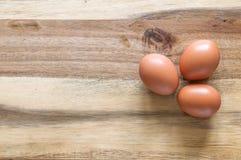 Huevos en la madera imagenes de archivo