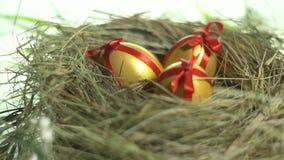 Huevos en la pintura y una envoltura roja, mentira del oro en una jerarquía