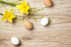 Huevos en la tabla rústica vieja de madera vieja Fotos de archivo
