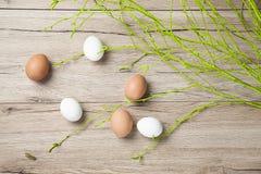 Huevos en la tabla rústica vieja de madera vieja Fotos de archivo libres de regalías