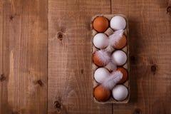 Huevos en paquete en la tabla de madera Visión superior, espacio del texto fotos de archivo