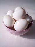 Huevos en tazón de fuente Imagenes de archivo