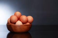 Huevos en tazón de fuente Imágenes de archivo libres de regalías