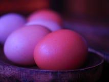 Huevos en un cuenco de madera Foto de archivo
