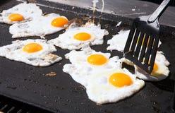 Huevos en un sartén Fotos de archivo libres de regalías