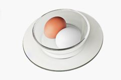 Huevos en un tazón de fuente Imagen de archivo libre de regalías