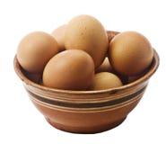 Huevos en un tazón de fuente de cerámica. Fotografía de archivo