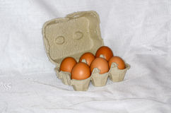 Huevos en una caja de papel Foto de archivo