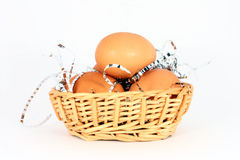 Huevos en una cesta Fotografía de archivo