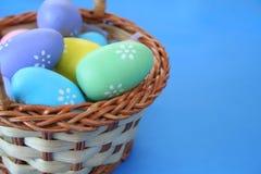 Huevos en una cesta Imágenes de archivo libres de regalías