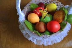 Huevos en una cesta con la mariposa Foto de archivo
