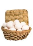 Huevos en una cesta wattled Imagen de archivo libre de regalías