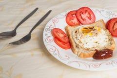Huevos encendidos y salsa Imagen de archivo