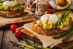 Huevos escalfados con el aguacate y el espárrago Foto de archivo libre de regalías