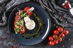Huevos escalfados con la ensalada de las verduras frescas en fondo gris de la placa Desayuno vegetariano sano, consumición limpia imágenes de archivo libres de regalías