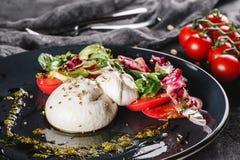Huevos escalfados con la ensalada de las verduras frescas en fondo gris de la placa Desayuno vegetariano sano, consumici?n limpia imagenes de archivo
