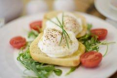 Huevos escalfados con las verduras para el desayuno Imágenes de archivo libres de regalías