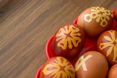 Huevos felices adornados del éster en la tabla de madera fotografía de archivo libre de regalías