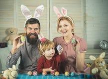 Huevos felices de la pintura de la familia de pascua imagenes de archivo