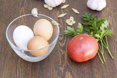 Huevos frescos con las verduras y los verdes fotos de archivo