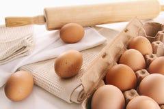 Huevos frescos de la granja en la tabla Fotografía de archivo