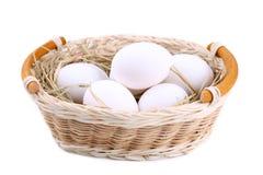 Huevos frescos del pollo en la cesta, cierre para arriba foto de archivo libre de regalías