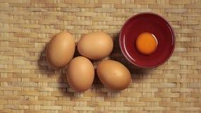 Huevos frescos en bambú de la armadura Foto de archivo