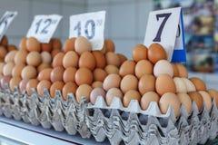 huevos frescos en el mercado servio del granjero de Zeleni Venac Imágenes de archivo libres de regalías