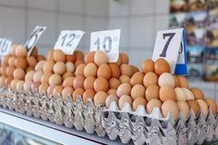 huevos frescos en el mercado servio del granjero de Zeleni Venac Imagenes de archivo