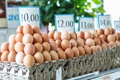 huevos frescos en el mercado servio del granjero de Zeleni Venac Foto de archivo libre de regalías
