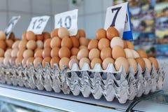 huevos frescos en el mercado servio del granjero de Zeleni Venac Imagen de archivo libre de regalías