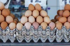 huevos frescos en el mercado servio del granjero de Zeleni Venac Imagen de archivo