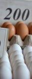 Huevos frescos en un mercado Fotos de archivo libres de regalías