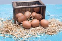 Huevos frescos en una tabla del vintage Imágenes de archivo libres de regalías