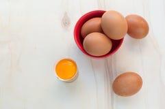 Huevos frescos y yema de huevo cruda Imagenes de archivo