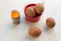 Huevos frescos y yema de huevo cruda Imagen de archivo libre de regalías