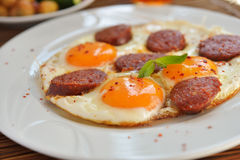 Huevos fritos con el sucuk Imagenes de archivo
