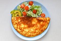Huevos fritos con la ensalada vegetal Tortilla de huevos con la ensalada vegetal fotografía de archivo libre de regalías