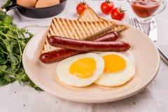 Huevos fritos con las salchichas imagen de archivo libre de regalías