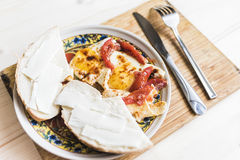 Huevos fritos con los tomates y los bocadillos 2 Fotografía de archivo libre de regalías