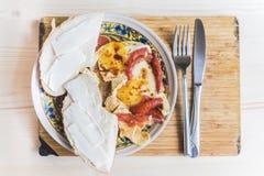 Huevos fritos con los tomates y los bocadillos Foto de archivo