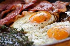 Huevos fritos con tocino Foto de archivo libre de regalías