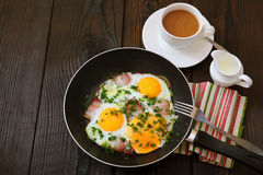 Huevos fritos con tocino Imagen de archivo libre de regalías