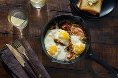 Huevos fritos con tocino Concepto de la mesa de desayuno Fotos de archivo