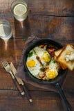 Huevos fritos con tocino en sartén Concepto de la mesa de desayuno Fotos de archivo libres de regalías