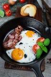 Huevos fritos con tocino y verduras frescas fotos de archivo libres de regalías