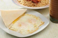 Huevos fritos de la cacerola Imagen de archivo