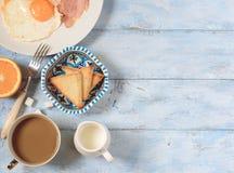 Huevos fritos del desayuno con tocino Fotos de archivo